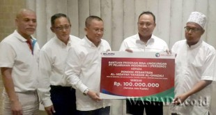 Direktur PT Pelindo I, Bambang Eka dan jajaran pejabat utama saat menyerahkan bantuan pada pimpinan Ponpes Hidayah, Khairul Ghazali.