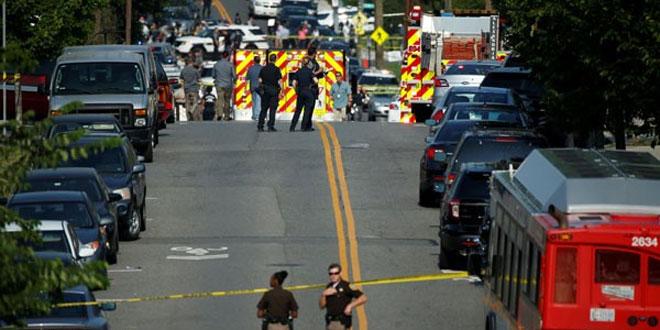 Polisi berjaga di lokasi penembakan setelah seorang pria bersenjata melepaskan tembakan ke arah anggota Kongres partai Republik saat latihan baseball dekat Washington di Alexandria, Virginia, Rabu (14/6/2017). (REUTERS/Joshua Roberts)
