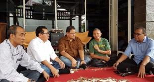 Dari kiri ke kanan, Ketua SMSI Jawa Timur Eko Pamuji, Sekjen SMSI Fridaus, Ketua Umum SMSI Teguh Santosa, Penasehat SMSI Dahlan Iskan dan Ketua PWI Jawa Timur Akhmad Munir, dalam pertemuan di kediaman Dahlan Iskan di Surabaya, Rabu (21/6).