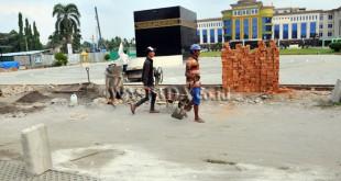 Pekerja menyelesaikan pekerjaan renovasi Asrama Haji Medan, Kamis (20/7). Renovasi tersebut dalam rangka persiapan pelaksanaan ibadah Haji 2017. (WOL Photo/Ega Ibra)