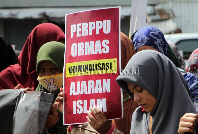 Mahasiswa yang tergabung dalam Aliansi Mahasiswa Muslim Bersama Umat menggelar aksi unjukrasa menolak Peraturan Pengganti Perundang-undangan (Perppu) Organisasi Masyarakat (Ormas), di Medan, Senin (17/7). Dalam aksinya mereka menolak Perppu nomor 2 tahun 2017 tentang Perubahan Undang-undang nomor 17 tahun 2013 tentang Ormas. (WOL Photo/Ega Ibra)