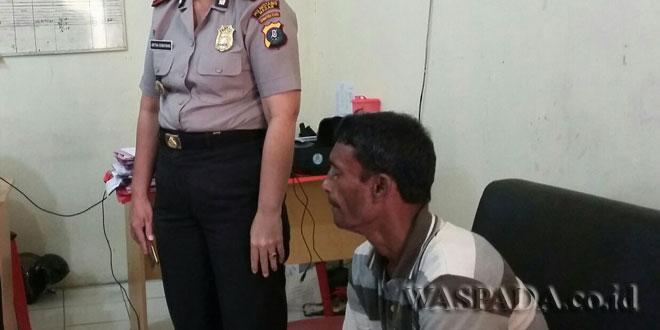 Wakapolsek Medan Sunggal, AKP Artha Sebayang SH dan tersangka Sajan WN Banglades pencuri uang kotak infak duduk di sofa. (WOL. Photo/Gacok)