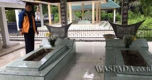 Bupati Simalungn JR Saragih saat berziarah ke Makam Raja Purba, Rumah Bolon Purba, Kecamatan Purba, Kabupaten Simalungun, Kamis (6/7). (WOl Photo)