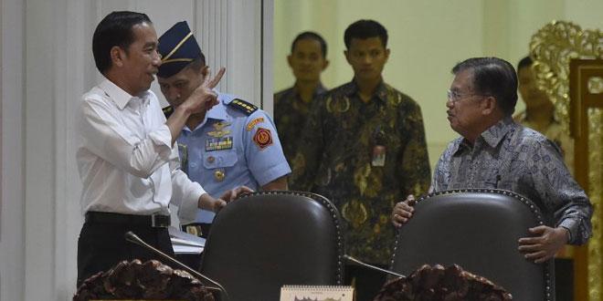 Presiden RI Joko Widodo saat berbincang dengan Wapres JK (Foto: Antara)