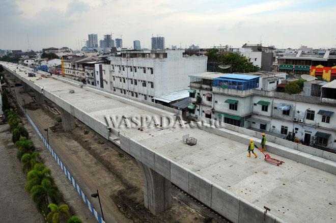 Pekerja berada di proyek pembangunan jalur layang kereta api, di Medan, Kamis (6/7). Pembangunan jalur layang kereta api dari Medan menuju Bandara Kualanamu sepanjang delapan kilometer, ditargetkan selesai akhir 2017. (WOL Photo/Ega Ibra)