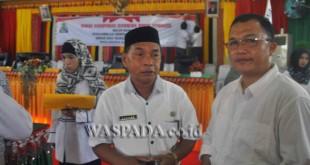 Plh Bupati Simeulue (kiri) Drs Naska Bin Kamar ditemani Ketua Himas Banda Aceh memberikan keterangan kepada Waspada Online di Gedung DPRK setempat, Rabu (19/7). (WOL Photo)