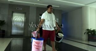 Seorang warga melakukan aksi tunggal dengan menumpang mandi di Gedung DPRD Sumut, Medan, Senin (24/7). Aksi ini dilakukan untuk memprotes pemerintah karena menaikan tarif air PDAM Tirtanadi. (WOL Photo/Ega Ibra)