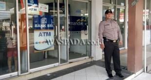 Petugas Sabhara Polsek Medan Sunggal menyambangi bank dan ATM. (WOL. Photo/Gacok)
