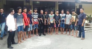 Dua Penyidik Pembantu Reskrim Polsek Medan Sunggal (kakan dan kiri) bersama petugas Brimob Poldasu BKO ke polsek usai interogasi 10 tersangka.(WOL. Photo/Gacok)