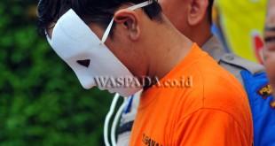 Tersangka dihadirkan saat gelar kasus kepemilikan narkoba di Polrestabes Medan, Jumat (14/7). Polisi mengamankan seorang tersangka kepemilikan narkoba dengan barang bukti satu kilogram sabu-sabu. (WOL Photo/Ega Ibra)