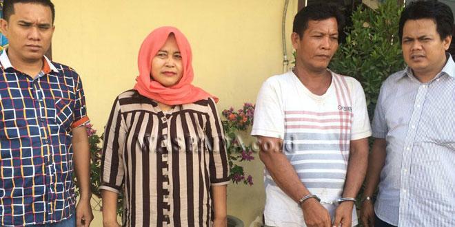 Dua Penyidik Pembantu Reskrim Polsek Medan Sunggal, mengamankan suami istri kasus penipuan dan penggelapan.(WOL. Photo/Gacok)