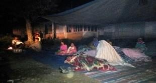 Warga korban gempa Padang Sidempuan tidur di halaman rumah. (Foto: Liansah Rangkuti/Okezone)