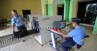 Petugas AVSEC mencoba penggunaan X-Ray usai dipasang di Embarkasi Asrama Haji Medan, Rabu (26/7). X-Ray akan digunakan untuk memeriksa barang bawaan calon Jamaah Haji sebelum di berangkatkan ke tanah suci Makkah. (WOL Photo/Ega Ibra)