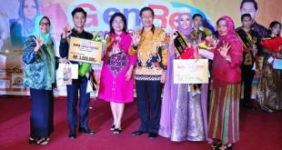 Kepala BKKBN Sumut Tamazaro Zega berfoto bersama para pemenang. (Istimewa)