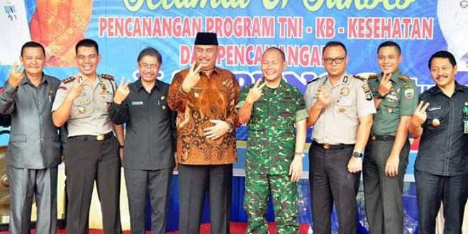 Langkat bersama dengan Kepala BKKBN Sumut dan Forkopimda Kabupaten Langkat diabadikan saat melakukan salam KB. (Ist)