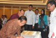 Gubernur Sumatera Utara , HT Erry Nuradi MSi menyaksikan Bupati Nias melakukan penandatanganan Berita Acara Serah Terima (BAST) PKB/PLKB Prov.Sumut di Hotel Adi Mulia Medan, Rabu (26/7). (Ist)