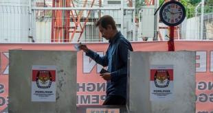 Warga memberi hak suaranya di Pilkada DKI Jakarta (Antara)