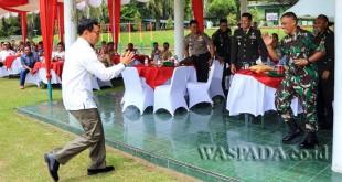 Bupati Simalungun JR Saragih memberikan support kepada prajurit Yonif 122 Tombak Sakti seusai menjaga perbatasan Indonesia dengan Papua Nugini. (WOL Photo)