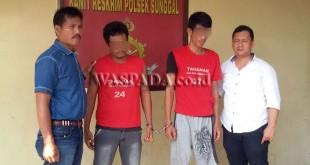 Kanit Reskrim Polsek Medan Sunggal, Iptu Martua Manik SH MH (kiri), didampingi penyidik pembantu mengintrogasi dua tersangka pembobol rumah.(WOL Photo/Gacok)