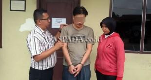 Dua penyidik pembantu Reskrim Polsek Medan Sunggal mengapit tersangka kasus penggelapan mobil rental.(WOL Photo/Gacok)