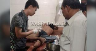 Kanit Reskrim Polsek Pancurbatu, Iptu Sehat Tarigan SH (kanan) melihat tersangka curanmor yang tengah menjalani perobatan di ruang IGD RS Bhayangkara Polda Sumut, Jalan KH Wahid Hasyim Medan.(WOL Photo/Gacok)