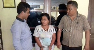 Petugas Reskrim Polsek Medan Sunggal introgasi seorang PRT kasus pencurian perhiasan emas majikan.(WOL Photo/Gacok)