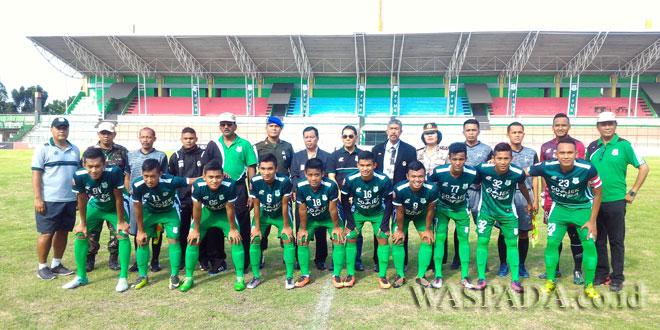 Pemain dan Pengurus PSMS diabadikan bersama usai pertandingan kedua tim dinyatakan batal di Stadion Teladan Medan, Minggu (16/7). (WOL Photo/Waspada)