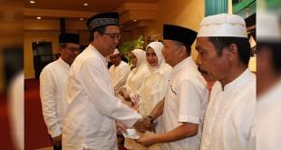 Plt. Dirut PTPN IV Umar Affandi (Dirkom PTPN IV) ketika memberikan bingkisan kepada 96 jemaah calhaj keluarga besar PTPN IV, di ballroom hotel Polonia Medan, Kamis (20/7/2017) malam. (foto: ist)