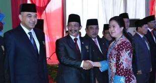 Bupati Batubara, OK Arya Zulkarnain menerima penghargaan Satya Lencana Pembangunan dari Menko PMK Puan Maharani. (foto: Ist)