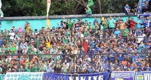 Suporter PSMS Medan tetap menghormat para Bobotoh saat menonton duel PSMS vs Persib Bandung di Stadion Teladan Medan beberapa waktu lalu. (WOL Photo)