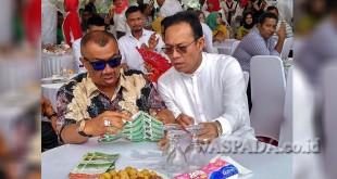 Syamsul Arifin (kiri) berbincang akrab dengan Gus Irawan Pasaribu untuk mengetahui tentang kebun hidroponik terluas di Sumut yang digagas oleh Gus. Syamsul dalam pidato terbukanya mengaku mendukung Gus Irawan untuk maju di Pilgub 2018. (WOL Photo/Ist)