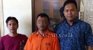 Petugas Penyidik Pembantu Reskrim Polsek Medan Sunggal, (kanan) didampingi pekerja harian lepas (PHL) mengamankan tersangka curanmor milik driver Go-Jek. (WOL Photo/Gacok)