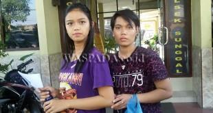 Ita (kiri) memegang surat tanda bukti laporan di SPKT Polsek Medan Sunggal didampingi korban Tety (kanan). (WOL Photo/Gacok)