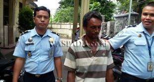 """Petugas Imigrasi Belawan """"membawa"""" Imigran WN Banglades ke Rudenim.(WOL Photo/Gacok)"""