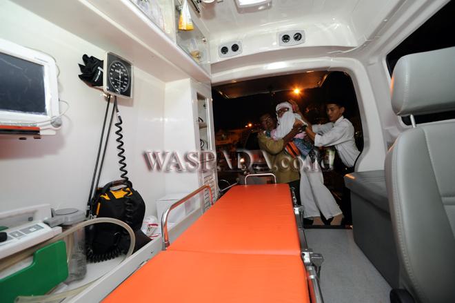 Petugas haji menggendong jamaah calon haji ke dalam ambulans untuk diberangkatkan dari Asrama Haji Medan, Kamis (3/7). Sebanyak 390 jamaah calon haji yang tergabung dalam Kloter 7 Embarkasi Medan diberangkatkan ke Tanah suci. (WOL Photo/Ega Ibra)