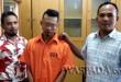 Petugas Reskrim Polsek Medan Baru mengamankan buronan kasus perampokan sepeda motor.(WOL. Photo/Gacok)