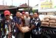 Foto: Penyerahan bantuan semen kepada panitia pembangunan Masjid Syi'ar Islam, Selasa (22/8).