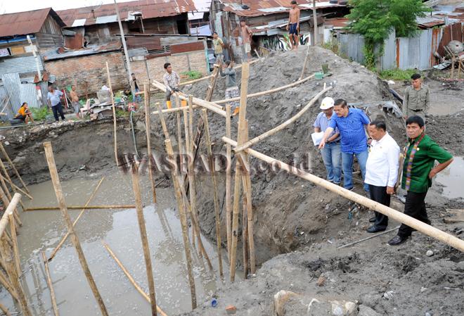 Ketua Komite 2 DPD RI, Parlindungan Purba (ketiga kiri) melihat proyek galian Instalasi Pengolahan Air Limbah (IPAL) di Pulau Samosir, Sumatera Utara, Sabtu (12/10). IPAL tersebut merupakan yang pertama di Pulau Samosir dan menggunakan teknik pengolahan limbah ramah lingkungan untuk menghasilkan limbah yang aman terhadap lingkungan. (WOL Photo/Ega Ibra)
