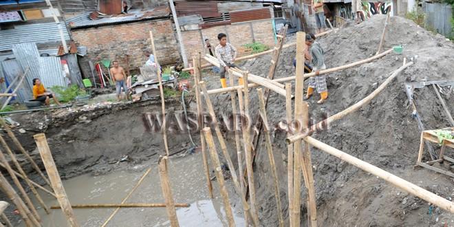 Sejumlah pekerja berada di proyek galian Instalasi Pengolahan Air Limbah (IPAL) di Pulau Samosir, Sumatera Utara, Sabtu (12/10). IPAL tersebut merupakan yang pertama di Pulau Samosir dan menggunakan teknik pengolahan limbah ramah lingkungan untuk menghasilkan limbah yang aman terhadap lingkungan. (WOL Photo/Ega Ibra)