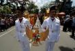 Peserta pawai membawa lambang burung Garuda saat Pawai Peringatan Kemerdekaan RI ke-72 di Medan, Kamis (17/8). Pawai yang diikuti ratusan peserta dengan baju adat dan kendaraan hias untuk menyemarakan peringatan HUT RI ke-72. (WOL Photo/Ega Ibra)