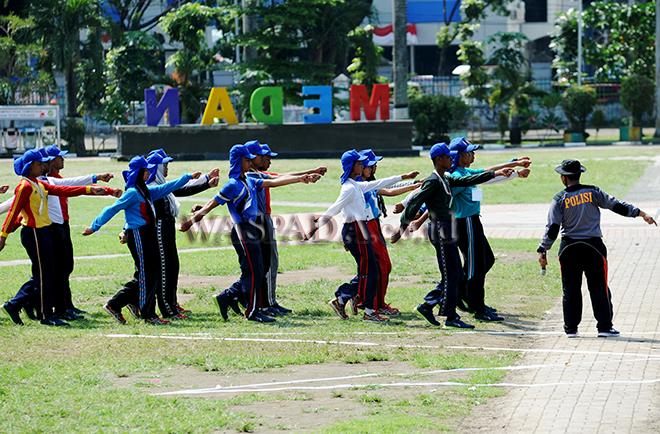 Sejumlah pelajar tingkat SMA sederajat yang tergabung dalam Pasukan Pengibar Bendera Pusaka (Paskibraka) tingkat provinsi melaksanakan latihan pengibaran bendera di Lapangan Merdeka Medan, Kamis (10/9). Sebanyak 66 pelajar dari sejumlah sekolah di Sumatera Utara terpilih sebagai paskibraka untuk peringatan Proklamasi Kemerdekaan Indonesia ke-72 di Lapangan Merdeka Medan pada tanggal 17 Agustus mendatang. (WOL Photo/Ega Ibra)
