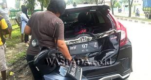 Tabrakan beruntun di Jalan TB Simatupang depan kantor PDAM Tirtanadi, Medan Sunggal, terlihat  belakang (ekor) mobil Jazz RS BK 97 Z warna hitam, remuk.(WOL. Photo/Gacok).