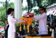 Gubernur Sumatera Utara, T Erry Nuradi (kanan) menyerahkan bendera merah putih kepada Pasukan Pengibar Bendera Pusaka (Paskibraka) saat upacara peringatan Kemerdekaan RI di Lapangan Merdeka Medan, Kamis (17/8). Peringatan Kemerdekaan RI ke-72 di Medan berlangsung khidmat. (WOL Photo/Ega Ibra)