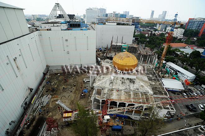 Sejumlah pekerja berada di lokasi proyek pembangunan Masjid Agung Medan, Selasa (8/8). Pengerjaan pembangunan tersebut direncanakan selesai pada akhir tahun 2018. (WOL Photo/Ega Ibra)