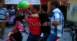 Petugas Reskrim Polsek Medan Baru mengamankan dua pria dalam penggerebekan Kampung Kubur. (WOL. Photo/Gacok)