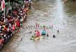 Peserta lomba rakit hias mengarungi sungai Deli, Medan, Kamis (17/8). Lomba rakit hias diadakan untuk memeriahkan peringatan kemerdekaan RI ke-72. (WOL Photo/Ega Ibra)