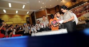 Kapolda Sumut, Irjen Pol Paulus Waterpauw (keempat kanan) menunjukan tersangka dan barang bukti saat gelar kasus ujaran kebencian di Mapolda Sumut, Medan, Senin (21/8). Pihak kepolisian mengamankan seorang tersangka berinisial MFB (18) terkait dugaan ujaran kebencian yang ditujukan kepada Presiden RI, Joko Widodo dan Kapolri, Jenderal Pol Tito Karnavian yang diunggah melalui media sosial. (WOL Photo/Ega Ibra)