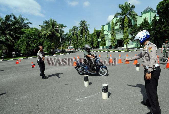 Anggota TNI mengikuti kegiatan Keselamatan Berkendara di Makodam I/Bukit Barisan, Medan, Selasa (29/8). Kegiatan diadakan untuk menekan tingkat pelanggaran dan kecelakaan lalulintas di lingkungan Kodam I/BB. (WOL Photo/Ega Ibra)