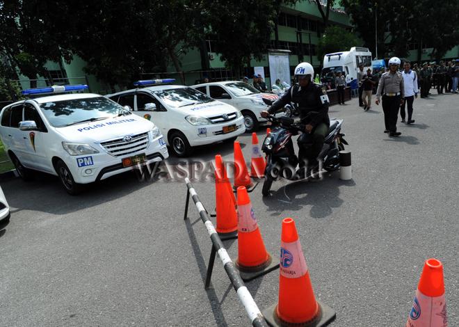 Anggota Polisi Militer TNI mengikuti kegiatan Keselamatan Berkendara di Makodam I/Bukit Barisan, Medan, Selasa (29/8). Kegiatan diadakan untuk menekan tingkat pelanggaran dan kecelakaan lalulintas di lingkungan Kodam I/BB. (WOL Photo/Ega Ibra)