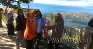 foto: Wagubsu Nurhajizah  Dr. Marpaung, Kadis Lingkungan Hidup (LH) Sumut Hidayati, dan para jurnalis mengunjungi obyek wisata Sipinsur di Kabupaten Humbang Hasundutan (Humbahas), Kamis (24/8).